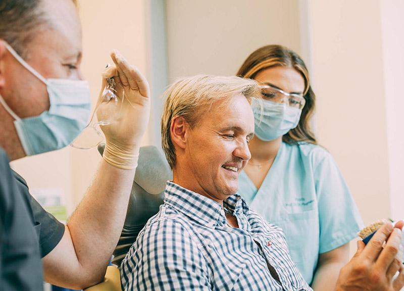 Metallfreier Zahnersatz Leverkusen, dieser Mann entscheidet sich dafür
