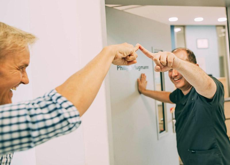 Mann freut sich über individuelle Beratung für metallfreien Zahnersatz Leverkusen