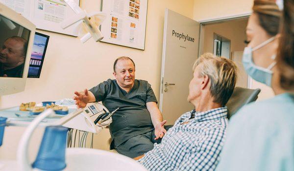 Zahnarzt Leverkusen - Prof. Dr. Dr. Plugmann berät Patientin