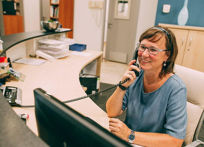 Freundliche Mitarbeiterinnen sind für Patienten da
