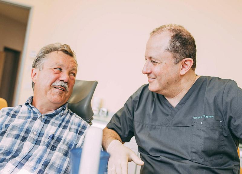 Zahnarzt berät Patienten zu schonender Wurzelbehandlung Leverkusen
