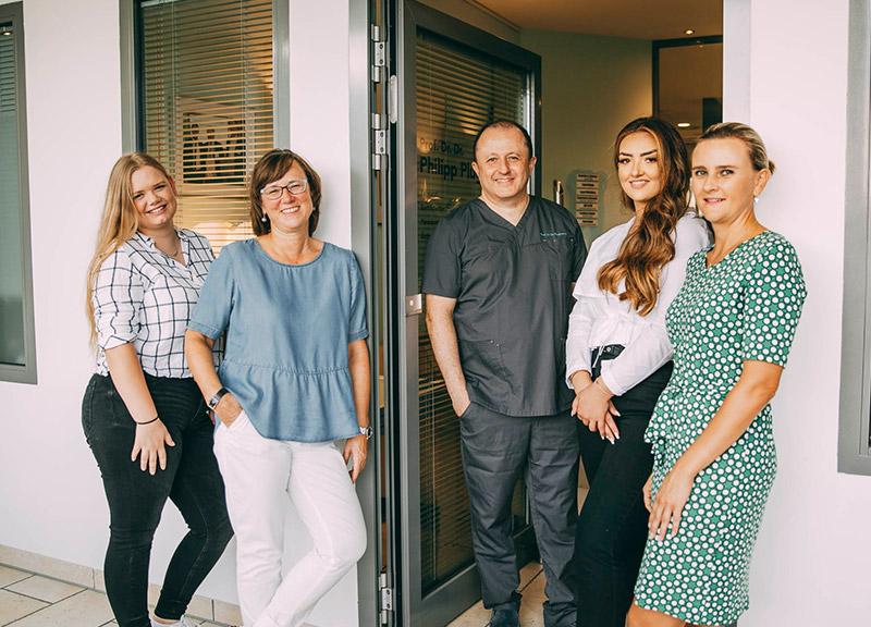 Das Team der Zahnarztpraxis Prof. Dr. Dr. Plugmann Leverkusen