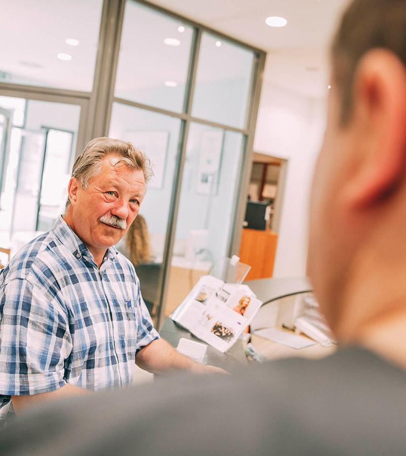 Patienten fühlen sich wohl in der Zahnarztpraxis Leverkusen Plugmann