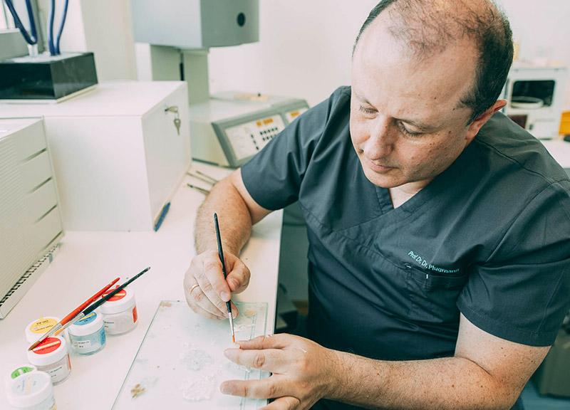 Ästhetischer Zahnersatz aus Leverkusen entsteht oft in Handarbeit