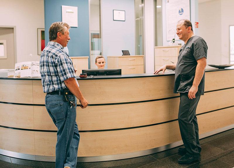 Zahnarzt berät Patienten zu Zahnimplantaten Leverkusen